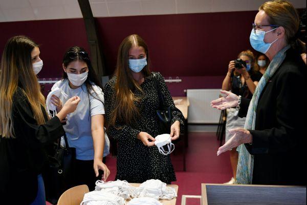 Catherine Sarlandie de La Robertie, préfète de l'Ain, a remis à chaque étudiant boursier, deux masques en tissus et lavables le 7 septembre dernier.