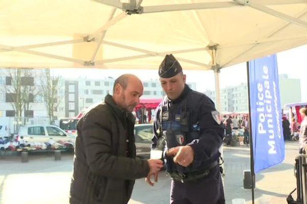 Autour d'un café, policiers et Compiégnois peuvent échanger sur les problèmes du quotidien.