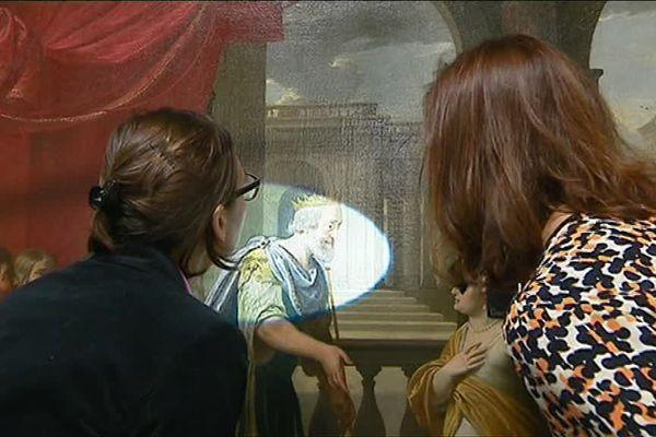 """Les deux conservatrices du musée des Beaux-Arts d'Orléans en plein constat d'état d'une des oeuvres de la """"Collection Richelieu"""" (XVIIème)"""