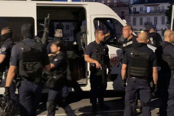 """15.06.2021. Un important dispositif de police a été déployé mardi soir à la gare Saint-Charles de Marseille pour neutraliser un homme """"potentiellement dangereux""""."""