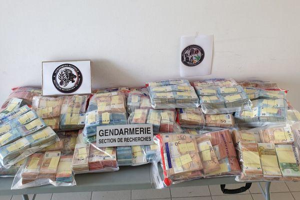 Près de deux millions d'euros en espèces ont été retrouvés dans la voiture d'individus soupçonnés de faire partie d'un vaste réseau de trafic de stupéfiants - 18 septembre 2019