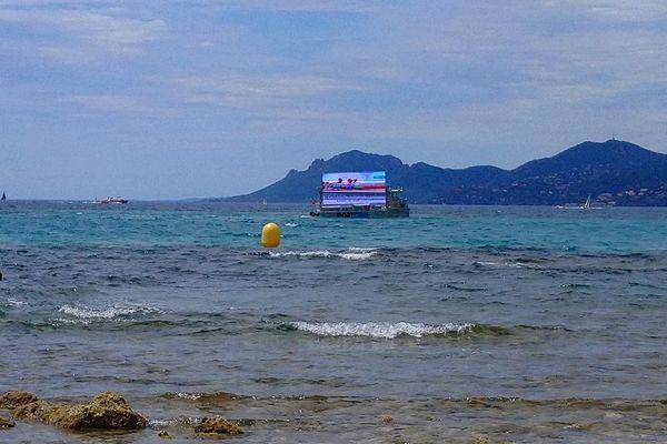 Le bateau à vocation écologique est financé par la publicité selon l'entreprise qui l'exploite.