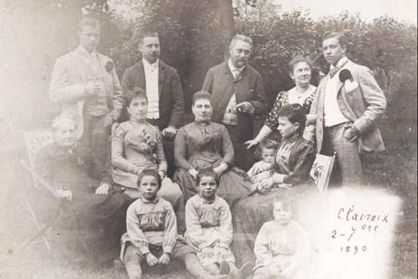 La famille Pinchon, dans sa résidence de Clairoix, avec Jospeh (à droite).