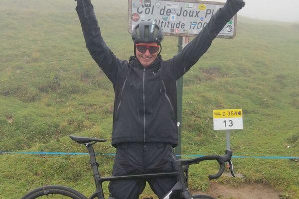 Ludo au sommet du col de Joux Plane qu'il a monté à vélo