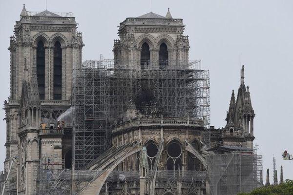 La cathédrale Notre-Dame de Paris sans sa toiture.