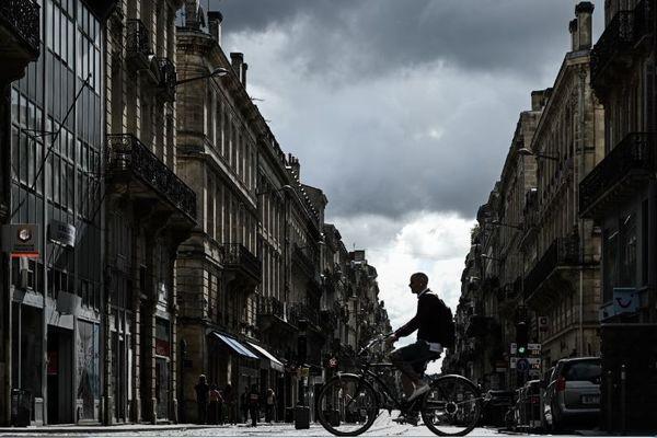 Un homme à vélo dans Bordeaux (image d'illustration)