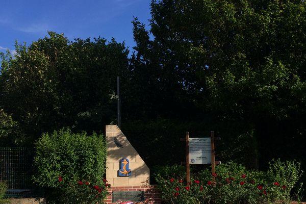 Le monument d'Erquinvillers en hommage aux hommes de la 4ème division d'infanterie coloniale massacrés par les Allemands.
