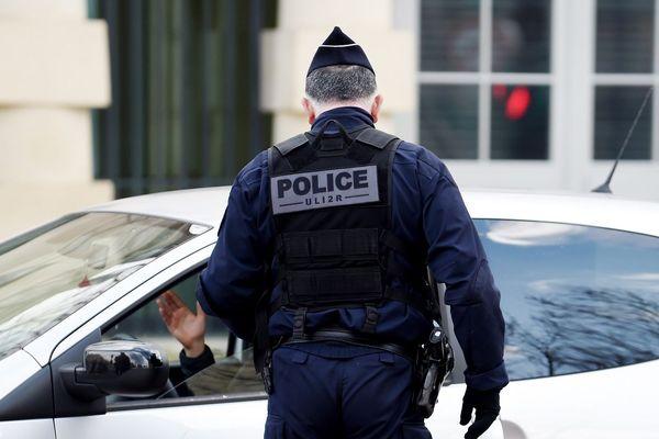 Les policiers ne portent pas de masque lors des contrôles.