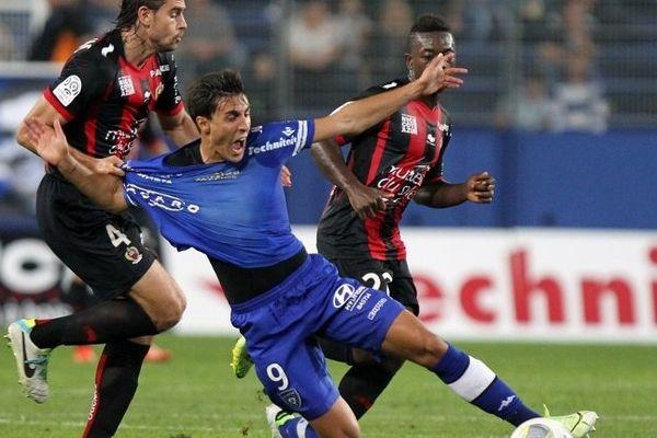 Pour surnager, les Niçois en furent parfois réduits à commettre des fautes grossières sur les joueurs du SC-Bastia. En vain !