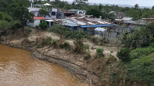 Des bâtiments à Brickaville (Madagascar) après le passage du cyclone AVA