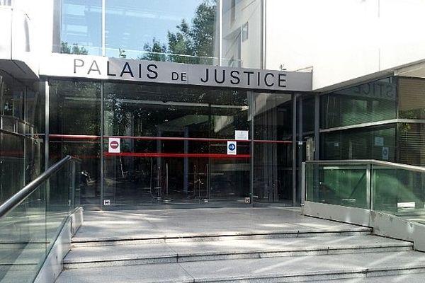 Narbonne (Aude) - la façade du palais de justice - 2013
