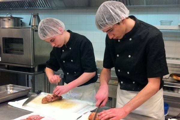 Ces élèves du lycée le Hurlevent duTréport préparent un repos pour des bénéficiaires du resto du coeur.