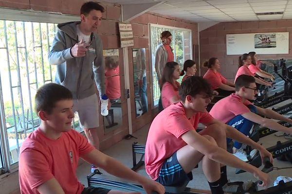9 élèves du lycée Sainte-Cécile d'Albi s'entraînent sous le regard de leur professeur d'EPS et d'un membre de l'équipe de France de Para-aviron.