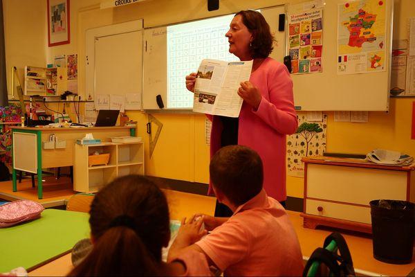 La maire de Wasquehal, Stéphanie Ducret, annonce aux élèves que leur école vient d'être inscrite aux monuments historiques.