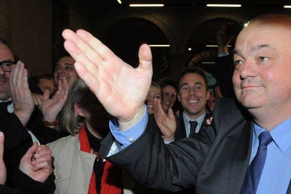 Symbole de la vague bleue en Bretagne, Ludovic Jolivet (UMP) l'emporte à Quimper sur Bernard Poignant (PS)