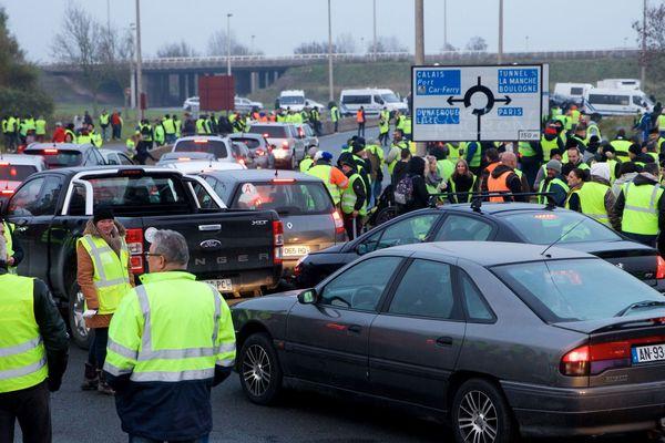 """La préfecture interdit les rassemblements ce week-end au rond-point """"KFC / Jardiland"""", à Calais, près de l'A16."""