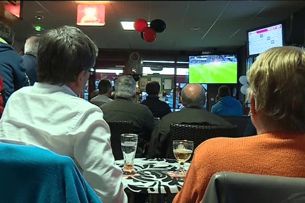 Des supporters de l'EAG attentifs pendant le match contre Angers