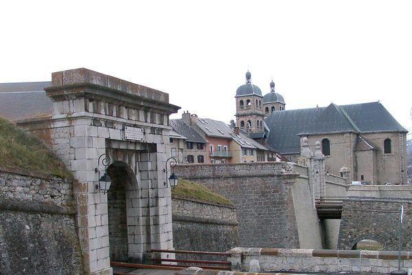 9 candidats sont en lice dans la 2ème circonscription des Hautes-Alpes qui englobe 88 communes autour de Briançon.