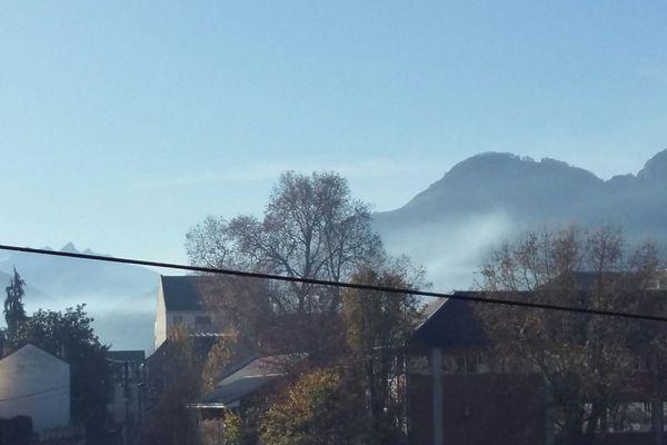 La vallée du gave de Pau, de Lourdes à Argeles Gazost s'est réveillée sous un épais nuage de fumée lié à un écobuage
