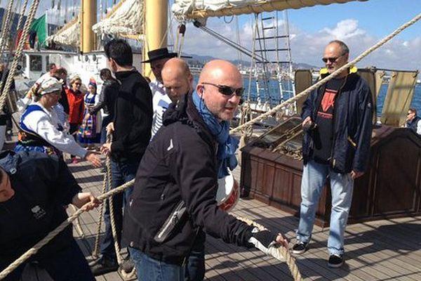 À bord de la Santa Maria Manuela quand il faut mettre les voiles ce sont les passagers qui s'y collent !