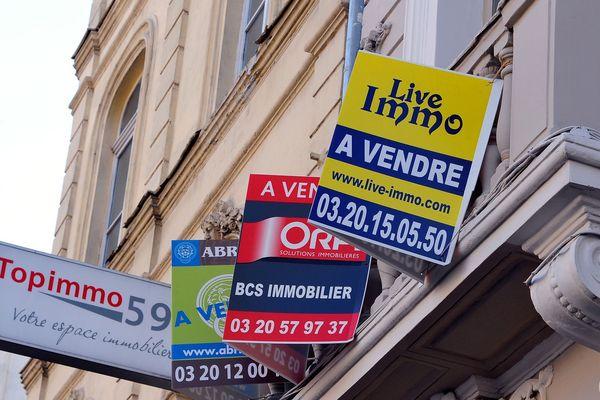 """Des panneaux """"A vendre"""" à Lille. Attention, ils ne restent pas longtemps tant la demande est importante."""