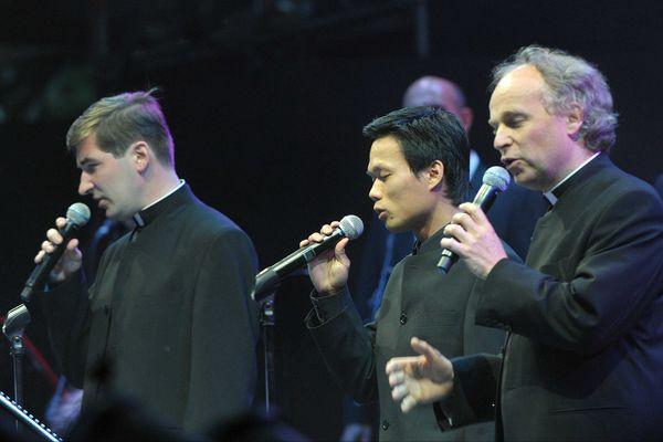 Les prêtres chanteurs en concert au théâtre antique de Vienne, en 2011.