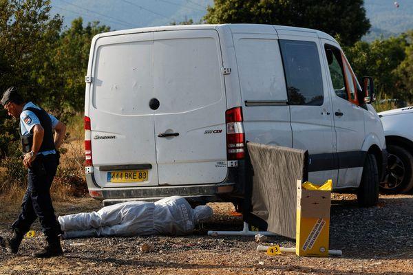 Les deux ouvriers ont été placés en garde à vue, les techniciens de l'identification criminelle prélèvent des indices.
