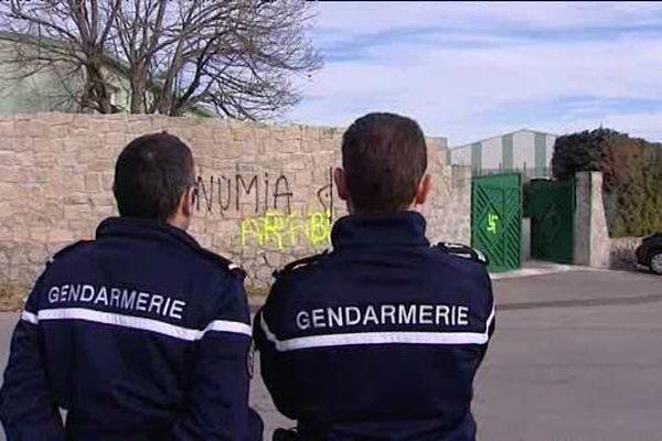 """10/01/15 - Une inscription """"Arabi Fora"""" (les arabes dehors, ndlr) et une croix gammée ont été tracés sur le mur et portail de la mosquée de Baleone, siège du conseil régional du culte musulman (Corse-du-Sud)"""