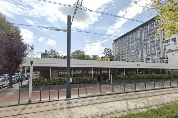 Le parvis du Carrefour City, situé avenue du Général de Gaulle à Roubaix, où un employé de 19 ans a reçu une balle vendredi 26 juin.