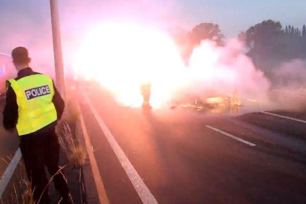 L'incendie de la camionnette ce mardi matin sur l'A16 à Guemps