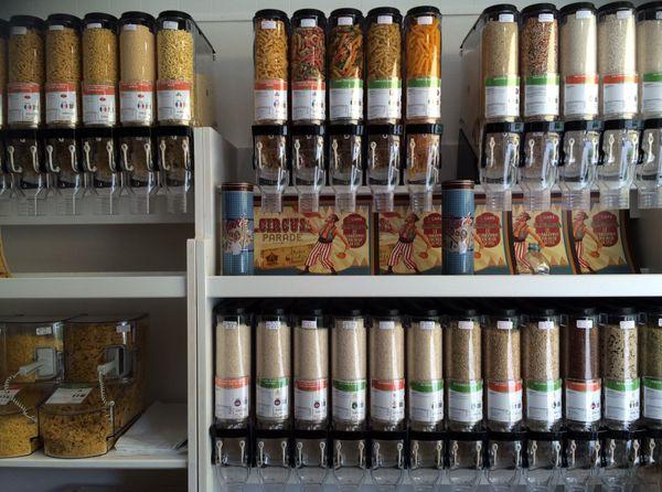 Dans certaines épiceries, les clients viennent avec leurs bocaux pour éviter les emballages