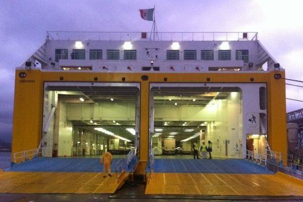 04/01/2014 - Un bateau de la Corsica Ferries débarque un dernier chargement dans le port d'Ajaccio avant le blocus total des marchandises annoncé pour dimanche