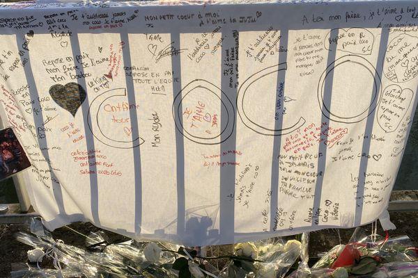 Des draps et des messages ont été posés à l'endroit de l'accident, en mémoire de Corentin et ses amis, morts noyés dans une voiture à Troyes.