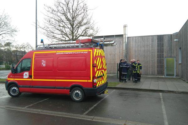Les pompiers ont dû ramasser tous les débris des panneaux détruits et sécuriser l'endroit