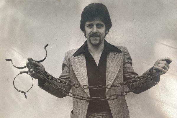 Michel Trouvain avec une des chaîne qui aurait été utilisée sur les légionnaires, volée au domaine de Saint-Jean, après sa mise en sommeil, en 1976.