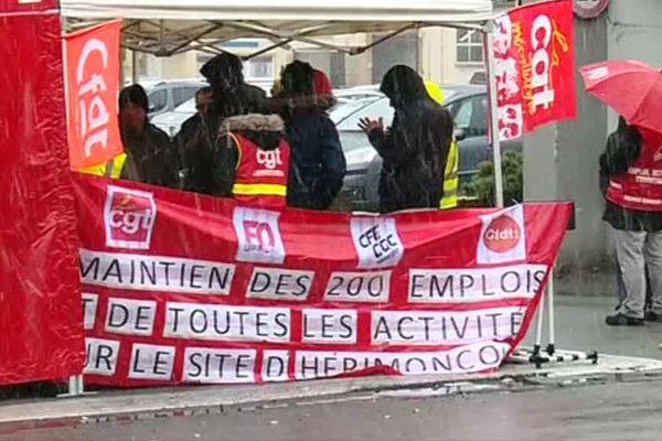Les salariés de PSA restent mobilisés malgré la pluie à l'entrée du site d'Hérimoncourt