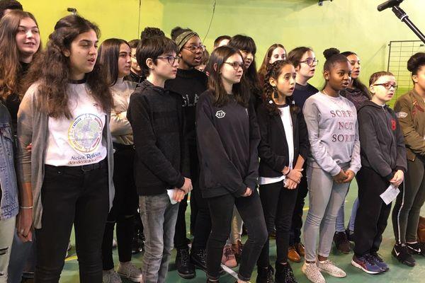 """Les collégiens clermontois ont chanté la Marseillaise et """"Imagine"""" de John Lennon en hommage aux victimes de l'attentat à Charlie hebdo"""