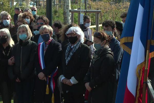 La cérémonie, avancée pour cause de directives gouvernemantales liée au Covid 19, s'est tenue dans le parc du Champ- de-Mars, en présence de la maire de la commune Marie-Hélène Thoraval.