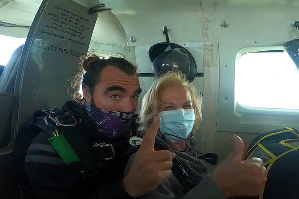 Yvette Benazera à bord de l'avion avec Cédric Maurice son instructeur