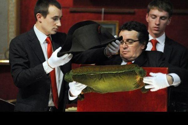 Un chapeau de Napoléon acheté 1,8 million d'euros aux enchères à Fontainebleau