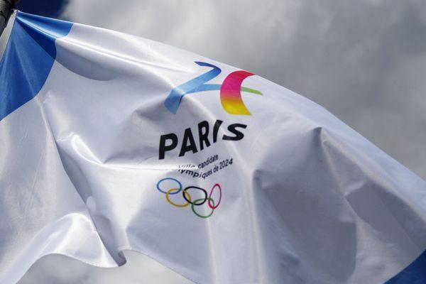 Un drapeau Paris 2024.