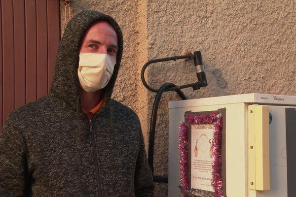 Habitant de Clermont-L'Hérault, David Bour a installé un frigo solidaire devant son garage.