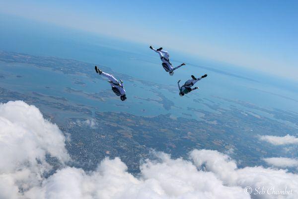 L'équipe de France de parachutisme survole le Golfe du Morbihan, à plus de 4 000 mètres de hauteur et à une vitesse de 250 km/h.