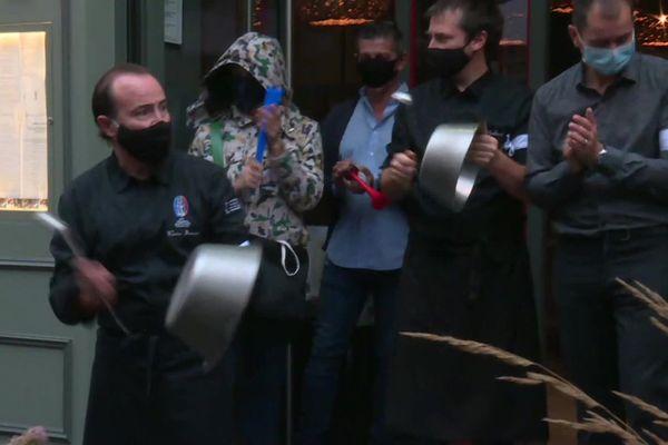 Les restaurants, bars et autres traiteurs font du bruit à 11h45, avec un brassard noir dans la rue, vendredi 2 octobre pour protester contre les mesures qu'ils jugent trop contraignantes à leur encontre dans la lutte contre le coronavirus.