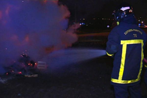 Un pompier de Seine-Maritime en intervention de nuit en milieu urbain (image d'illustration)