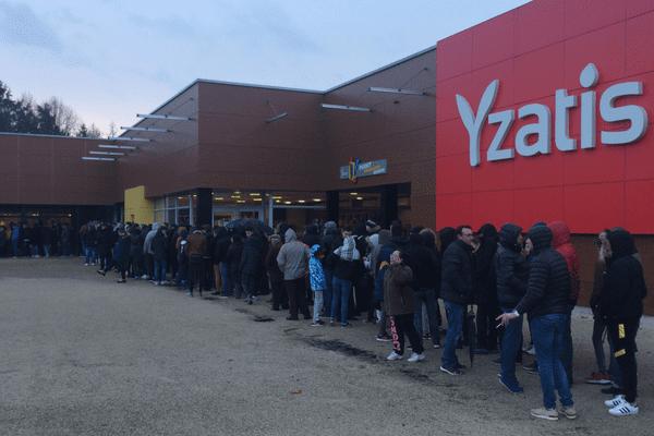 Plus de 200 personnes faisaient déjà la queue avant l'ouverture de la billetterie pour le match AS Yzeure/ AS Monaco de la Coupe de France.