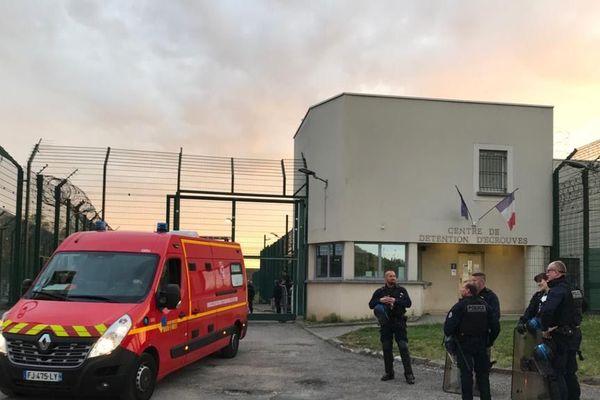 Une mutinerie a éclaté dans le centre de détention de Toul-Ecrouves. Des grilles et des caméras ont été cassées, il y a également eu des feux de matelas au premier étage.