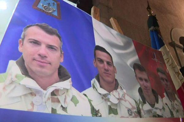 26/11/2019 - Devant l'hôtel de ville aux drapeaux en berne, les portraits des quatre militaires de la base du 4e régiment de chasseurs de Gap.
