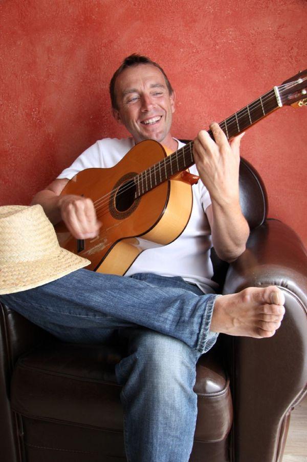 Christophe Lesuisse est 100% haut-marnais. Auteur-compositeur et interprète, il cultive son envie de création depuis plus de 20 ans.