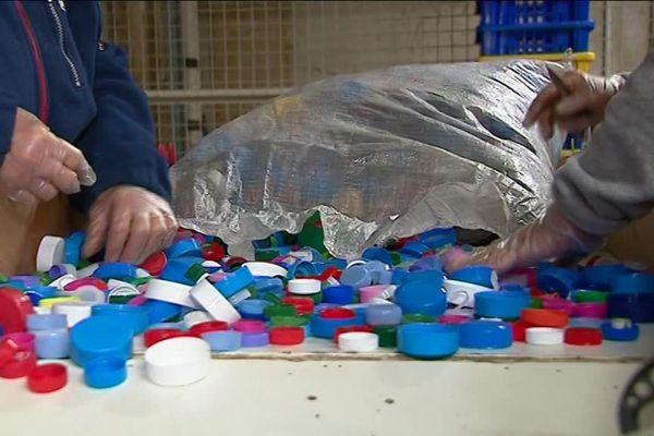 Des kilos de bouchons en plastique en panne de recyclage à Poitiers
